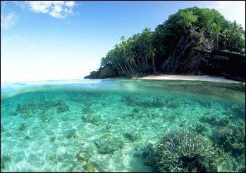 Laquelle des deux îles est la plus peuplée ?