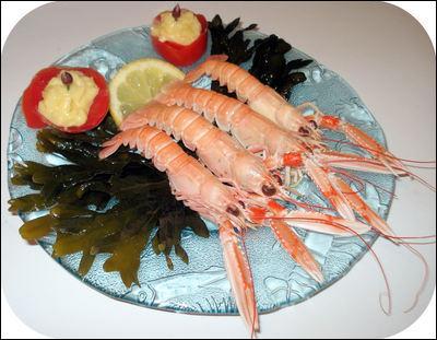Que sont ces petits crustacés présentés sur assiette ?