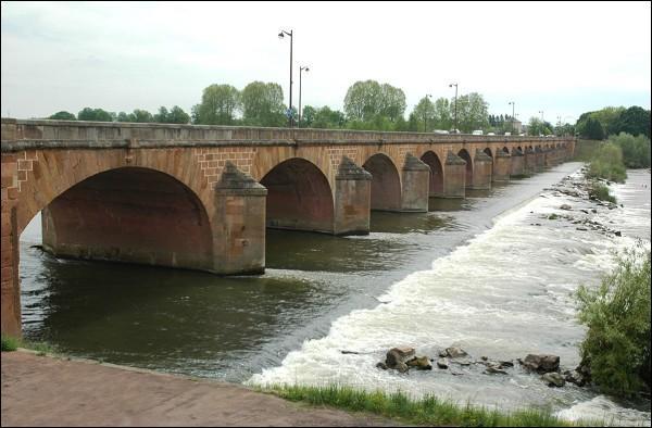 Le Pont de Loire est un pont routier de 350 m sur 14 arches, construit en 1778 et 1833 sur la Loire, dans la Nièvre à :