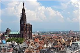 Deuxième cathédrale la plus haute de France, la Cathédrale Notre-Dame, dont ses fondations remontent à 1015, se situe à ...