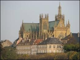 """Située en Moselle, la Cathédrale Saint-Étienne, que l'on surnomme """"la lanterne du bon Dieu"""", se trouve à ..."""