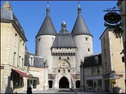 Imposant vestige des fortifications médiévales, la Porte de la Craffe est un monument de la ville de ...