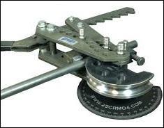 Comment les tuyaux finissent-ils quand ils passent dans le mécanisme de cet outil indispensable au plombier-chauffagiste ?