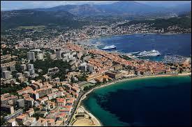 Laquelle de ces communes françaises a pour surnom « la Cité impériale » ?