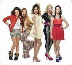 De qui est composé le groupe des filles ?