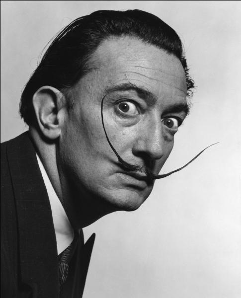 Né en 1904 à Figueras, ce peintre catalan, dessinateur et sculpteur est un des maîtres du surréalisme. Il décède en 1989, il se nomme :