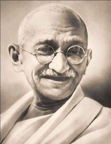 Né à Porbandar en 1869, ce dirigeant politique, adepte de la non-violence, sera le guide spirituel de l'indépendance de son pays. Il sera assassiné à Delhi en 1948. Il se nomme :