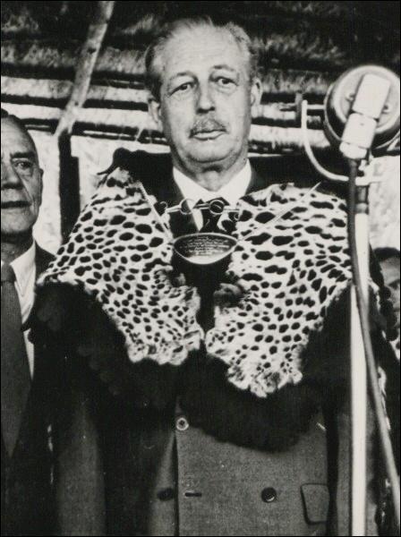 Né à Chelsea en 1894, il fut plusieurs fois ministre et devint Premier ministre britannique. Il décède en 1986. Il se nomme :