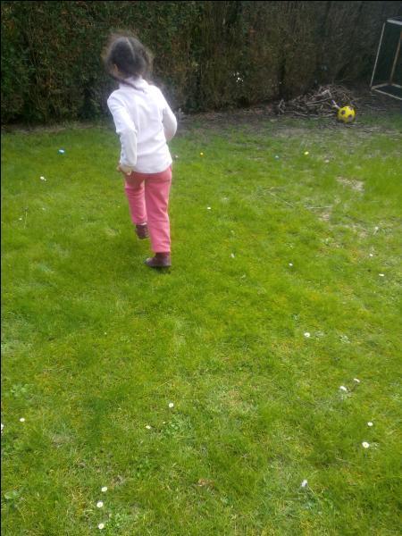 Aujourd'hui est le jour où nous allons ramasser des œufs au chocolat dans le jardin. Ah mais d'abord, ... !
