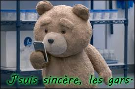 """Tout le monde connaît certaines répliques cultes du film """"Ted"""". Par exemple, lorsque Ted est à un entretien d'embauche, il n'hésite pas à dire qu'il a une haleine ... à la chatte de la femme de son employeur."""