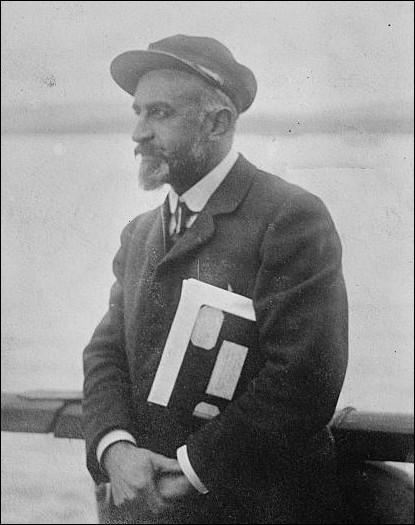 Né en 1867 à Neuilly-sur-Seine, ce médecin et explorateur épousera en 1896 Jeannette Hugo, la petite-fille de Victor. Il sera finaliste du championnat de France de rugby et champion au poste de pilier droit. Il décède en 1936, il se nomme :