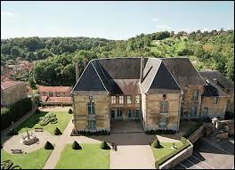 Pour finir, je vous emmène en Lorraine. Dominant la vallée de l'Ornain, voici le Château des Ducs de Bar, situé dans la ville de ...