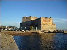 Également nommé Ford des Vignettes, le Fort Saint-Louis est une tour à canons située à ...