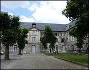 Institution d'enseignement catholique pour garçons fondée en 1573, le Collège des Jésuites se trouve dans la ville Berrichonne de ...