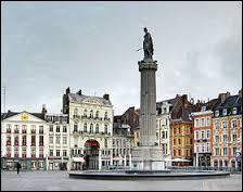 Monument commémoratif inauguré le 8 Octobre 1945, la Colonne de la Déesse se situe au centre de la Grand'Place de la ville de ...