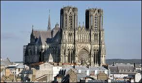 Monument incontournable de la cité des sacres, voici sa cathédrale Notre-Dame. Pour la voir, il faut se rendre à ...