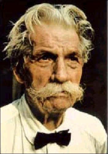 Né en 1875 à Kaysersberg, il a obtenu ses doctorats de médecine, de théologie et de philosophie, en plus d'être musicien. Il a passé une grande partie de sa vie au Gabon et avait pour ami un certain Albert... Einstein. Il s'est éteint en 1965 ; il se nomme :