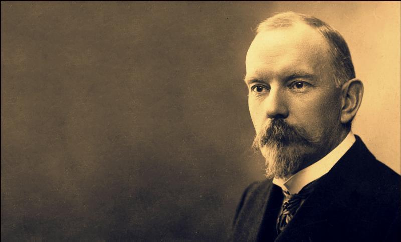 Né à Châlons-du-Maine en 1864, cet écrivain et auteur dramaturge est l'auteurde : ''L'Ecornifleur'' et ''Poil de carotte'' ; il était à l'Académie Goncourt et il décède en 1910. Il se nomme :