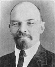 Né à Simbirsk en 1870, ce révolutionnaire et théoricien politique, fut président du Conseil des Commissaires du Peuple de la RSF-SR / l'URSS ; il instaure la dictature du prolétariat et la terreur et décède en 1924. Il se nomme :