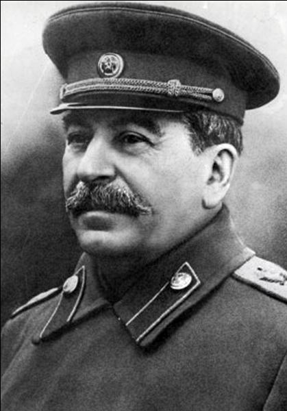 Né en 1878 à Gori en Géorgie, ce secrétaire général du Parti communiste russe / pansoviètique, développe le culte de sa personne, le totalitarisme et le goulag ; il décède en 1953 et se nomme :