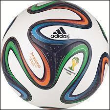 Ce sport se joue avec des chaussures et un ballon. Quel est ce sport ?