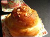 Beurre, miel et crème de sésame pour ce pain ----- joliment doré à l'œuf et perlé de sucre.