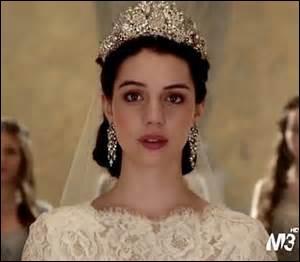 Avec qui Mary est-elle fiancée ?