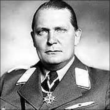 Aviateur allemand, né à Rosenheim en janvier 1893, j'enregistre 22 victoires. Tristement connu pour être un des bras droits d'Hitler, j'occupe entre autres les postes de ministre de l'Air et ministre de l'Économie. Condamné à mort au procès de Nuremberg en octobre 1946 pour complots, crimes contre la paix, crimes de guerre et crimes contre l'humanité, je préfère me suicider. Je suis :
