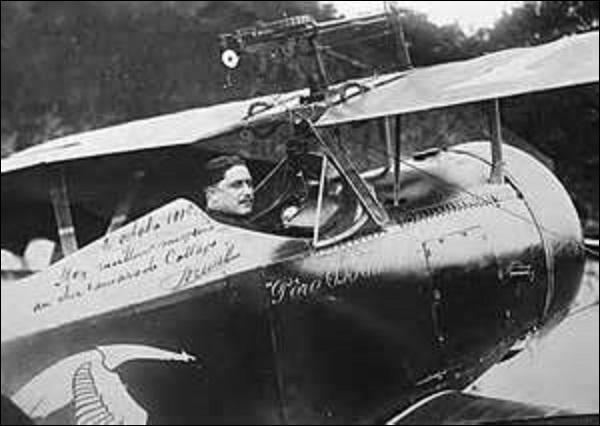 """Neuvième as français de la Grande Guerre, je vois le jour à Eix-Abaucourt (Meuse) en janvier 1894. Surnommé """"le Père"""", """"l'Inimitable"""" ou encore """"l'Increvable"""", on me reconnaît facilement grâce à ma canne qui ne me quitte jamais. Faisant partie comme Georges Guynemer du groupe des Cigognes, je suis l'auteur de 24 victoires. Abattu au-dessus de Reims le 25 mai 1917, je suis ?"""