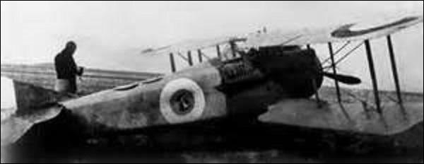 Pilote suisse (bien que je sois né à Paris en août 1897), je compte à mon actif 5 victoires. Prenant la nationalité française en 1919, je sers en tant que capitaine pendant la Seconde Guerre mondiale. Rentrant en résistance lors de la capitulation en juin 1940, je décède le 24 mai 1988 à Louveciennes (Yvelines). Je m'appelle : (N'ayant aucune photo de lui, je vous mets son avion, un Spad XIII).