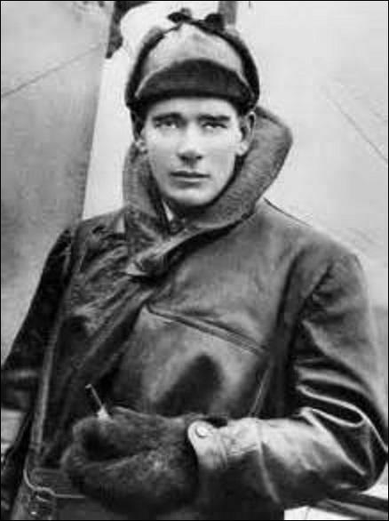 """Meilleur pilote britannique de la Grande Guerre avec 73 victoires, je vois le jour en mai 1887. Surnommé """"Mick"""", borgne (je porte un œil de verre), connu pour avoir une peur panique du feu, je n'embarquais jamais sans mon pistolet pour pouvoir me suicider au cas ou où j'étais abattu. Descendu le 25 juillet 1918 au-dessus de Lillers (Pas-de-Calais), mon corps sera retrouvé à 250 m de mon avion."""