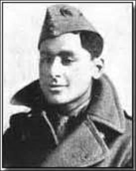As indien, né à Calcutta, je sers pendant la Grande Guerre au sein du Royal Flying Corps, puis de la Royal Air Force. Surnommé Laddie, je totalise 10 victoires avant de me faire descendre au-dessus de Estevelles (Pas-de-Calais) lors d'un combat qui m'oppose à des Fokker D.VII. Je suis :