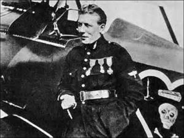 """Né en 1892, je suis le 3e plus grand as français avec 43 victoires. Mon avion (un Nieuport 17) est reconnaissable à son emblème : une tête de mort aux tibias entrecroisés, surmontée par un cercueil entouré de deux chandeliers, le tout dessiné dans un cœur noir. Je disparais le 08 mai 1927 avec l'aviateur François Coli à bord de """"L'Oiseau Blanc"""" en tentant la traversée Paris-New York sans pauses."""