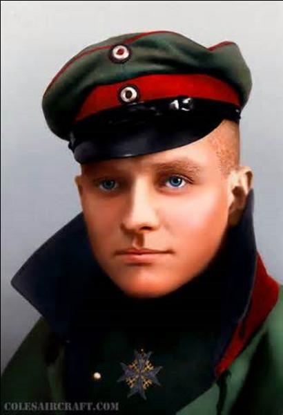 """As des as, légende la Première Guerre mondiale, surnommé """"Le Baron Rouge"""", je nais en mai 1892 en Allemagne à Breslau. Comptabilisant 80 victoires à mon actif, je me fais finalement abattre par un tir de mitrailleuse au-dessus de Vaux-sur-Somme (Somme) le 21 avril 1918. Touché, j'arrive tout de même avant de m'éteindre à poser mon Fokker Dr.I peint en rouge vif. Je me nomme :"""
