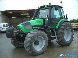 Le tracteur de cet agriculteur est un ...