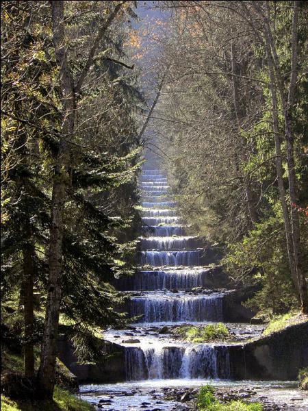 Cette commune de Savoie traversée par l'Isère, tire son nom des ruisseaux qui la traversent et déposent du tuf blanc très calcaire. On peut admirer la cascade du Morel à...