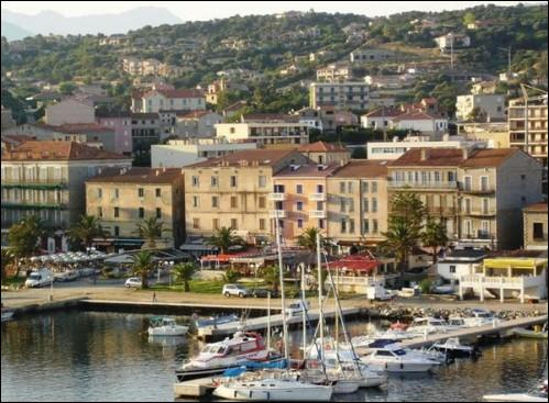 En 1873, la construction de la route reliant Ajaccio à Bonifacio a contribué au développement de cette ville de Corse-du-Sud. Son port devient le débouché maritime de Sartène. Quelle est cette ville ?