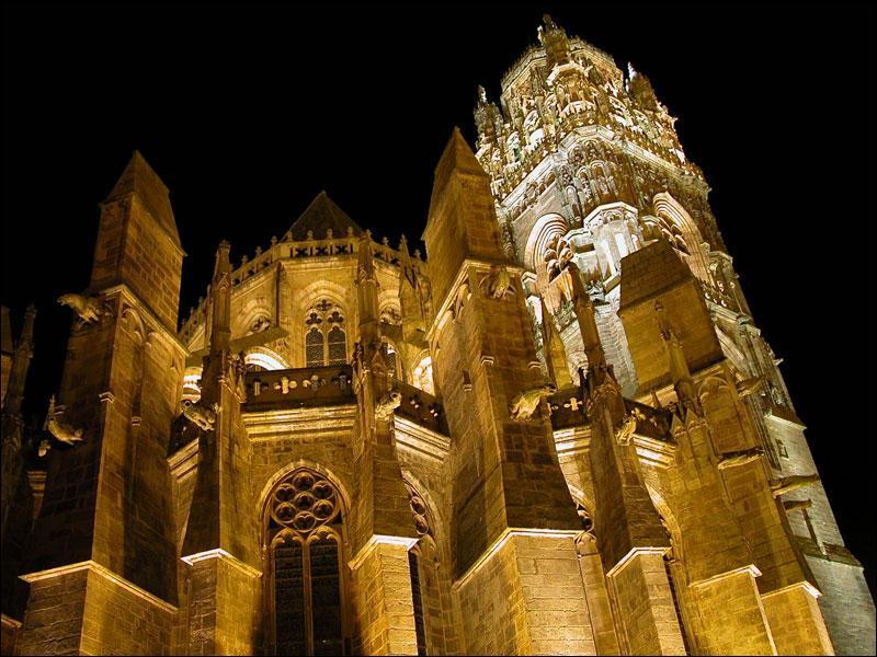 400 marches sont à gravir pour accéder au superbe clocher, véritable dentelle de grès rose, de la cathédrale Notre-Dame de la préfecture de l'Aveyron. La nuit, elle est illuminée de l'intérieur à...