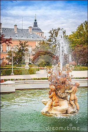 """Des pétales de roses flottent sur l'eau des fontaines. """"On croirait voir des taches de sang / Ce ne sont que des roses / ..."""
