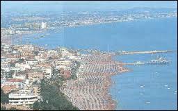 Par quelle mer est baignée Rimini, station balnéaire italienne aux 15 km de plage de sable ?