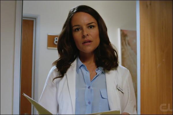 Ce médecin insémine accidentellement Jane de l'échantillon de sperme de Rafael, elle finira par faire un tour dans un hôpital psychiatrique. Comment se nomme-t-elle ?
