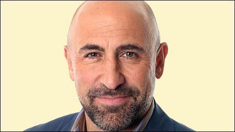 C'est un riche homme d'affaires, il est le père de Rafael et Luisa. Quel est cet homme ?