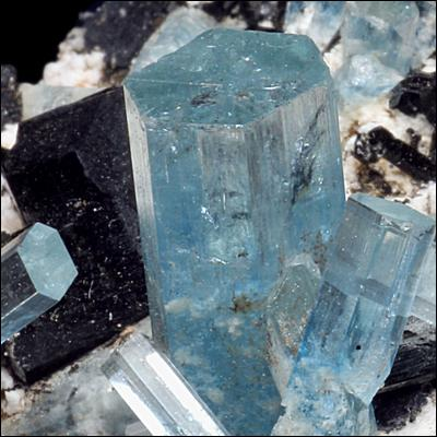 Quelle est cette pierre fine, bleue de la famille des béryls ?