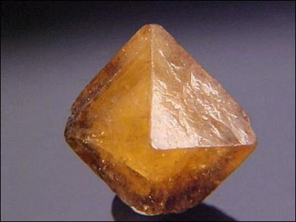 Quelle est cette gemme organique de couleur jaune orangé à marron dont le principal gisement se trouve en Allemagne ?