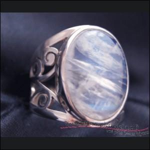 Quelle pierre fine, taillée en cabochon, connue pour ses reflets argentés et bleutés, du groupe des silicates, surmonte cette bague ?