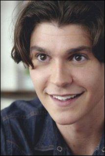 C'est l'ami d'enfance de Taylor, il a aussi le béguin pour Carter. Comment s'appelle-t-il ?