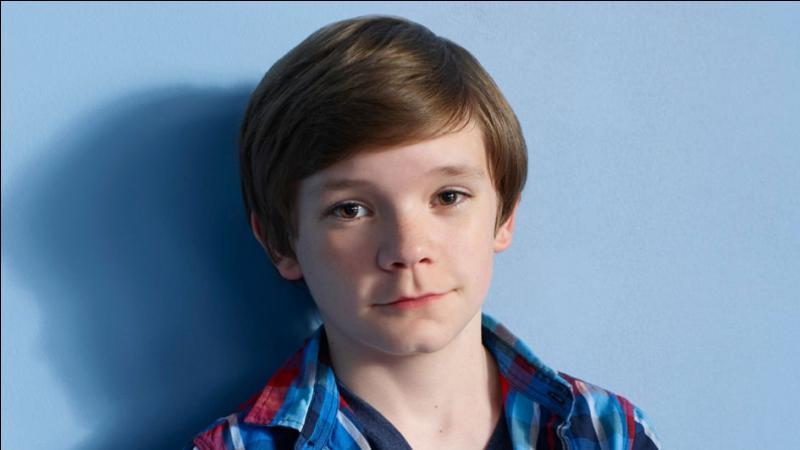 C'est le plus jeune de la famille, il se sent comme l'enfant de remplacement suite au kidnapping de sa sœur. Comment se nomme-t-il ?