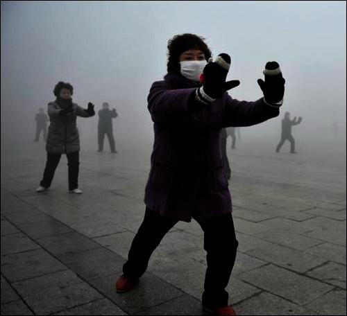 La pollution à Pékin est un fait avéré. Inhaler cet air pollué est nocif et aussi dangereux que :