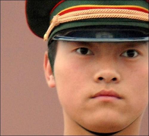 Quelle est la méthode utilisée pour entraîner les soldats chinois à garder la tête haute, au sens propre du terme ?