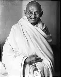 Quel père de l'indépendance indienne a prêché la non-violence en Afrique du Sud ?